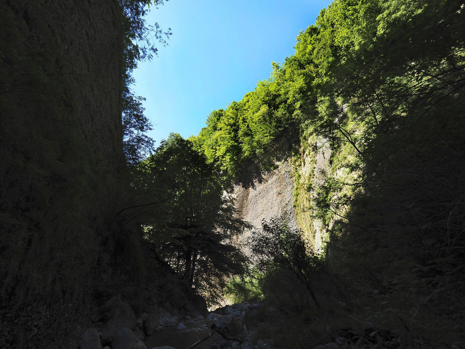 Les falaises de poudingue de la partie supérieure et de la rive droite sont au soleil l'après-midi.