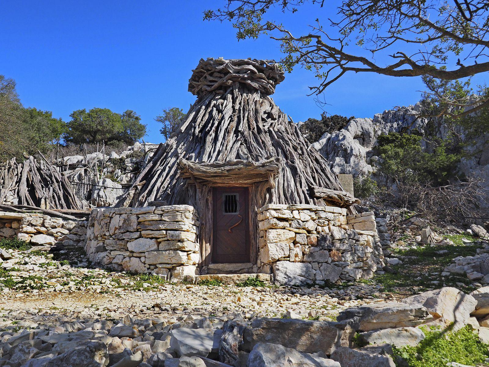 L'ovile de Us Piggius, situé au bout de la vire Giradili, est encore occupé par un berger et ses chèvres. Les oviles sont des huttes construites en branches de genévrier sur un soubassement en pierre.