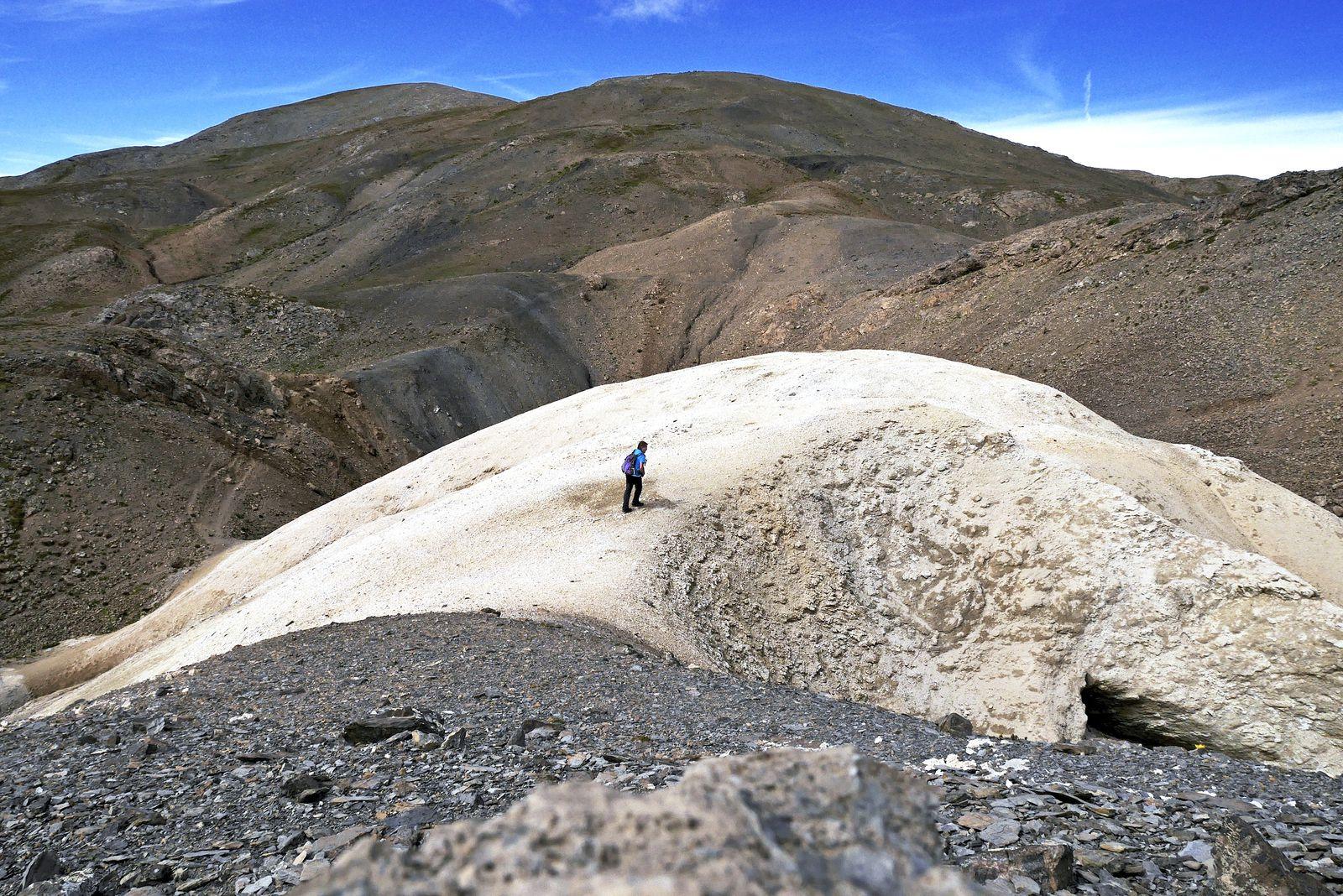 Curieux dôme de gypse avant le col des Terres-Blanches. C'est lui qui sert de repère pour descendre dans le vallon où se trouve l'arche.