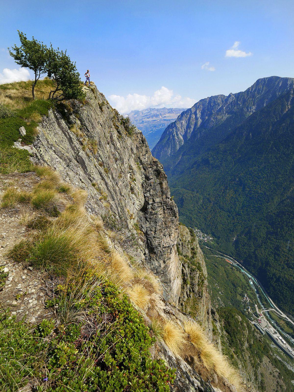 Rapidement, on domine les falaises d'escalade du Rocher de l'Homme.