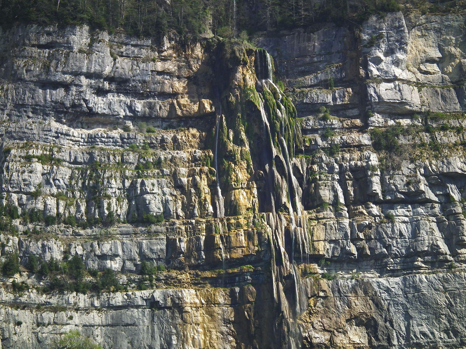 Le haut de la cascade et ses formations de tuf prise au télé-objectif depuis la route des grottes visitables de Choranche. On va descendre sur la gauche.