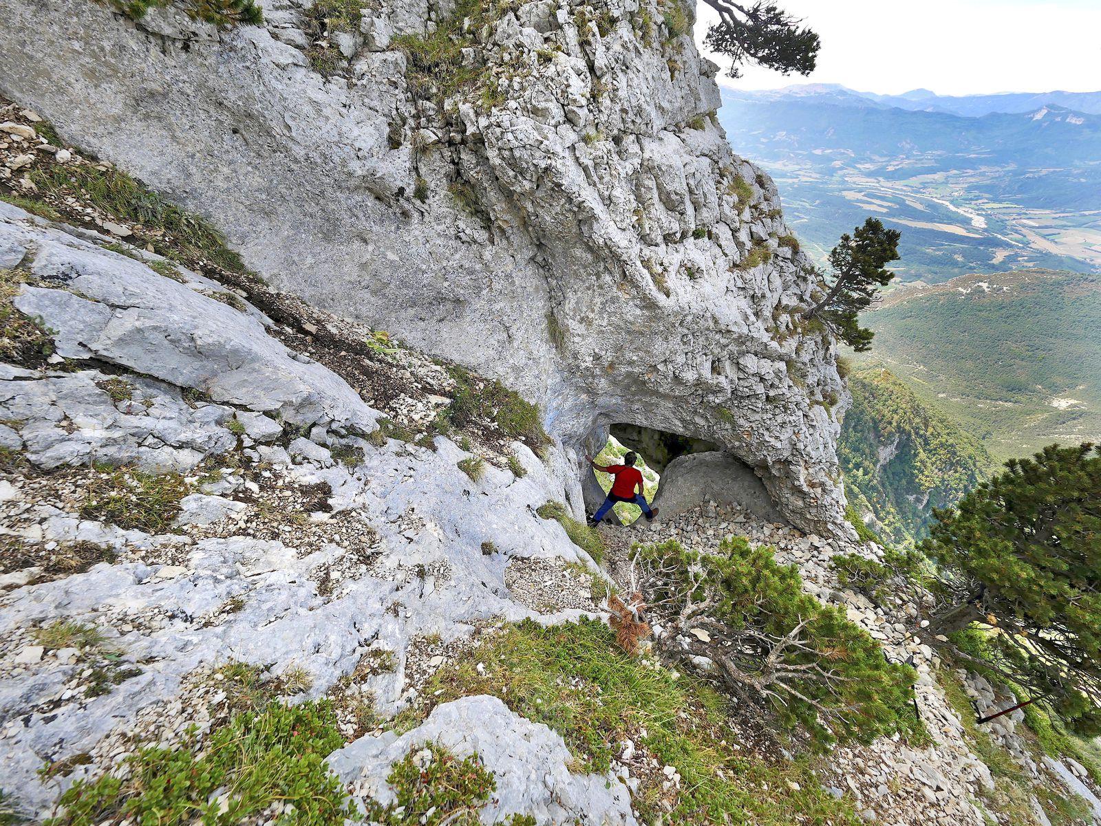 Au bas du pierrier, arrivée dans le puits qui crève le plafond de la Baume Rouge (photo L. Jacquet).