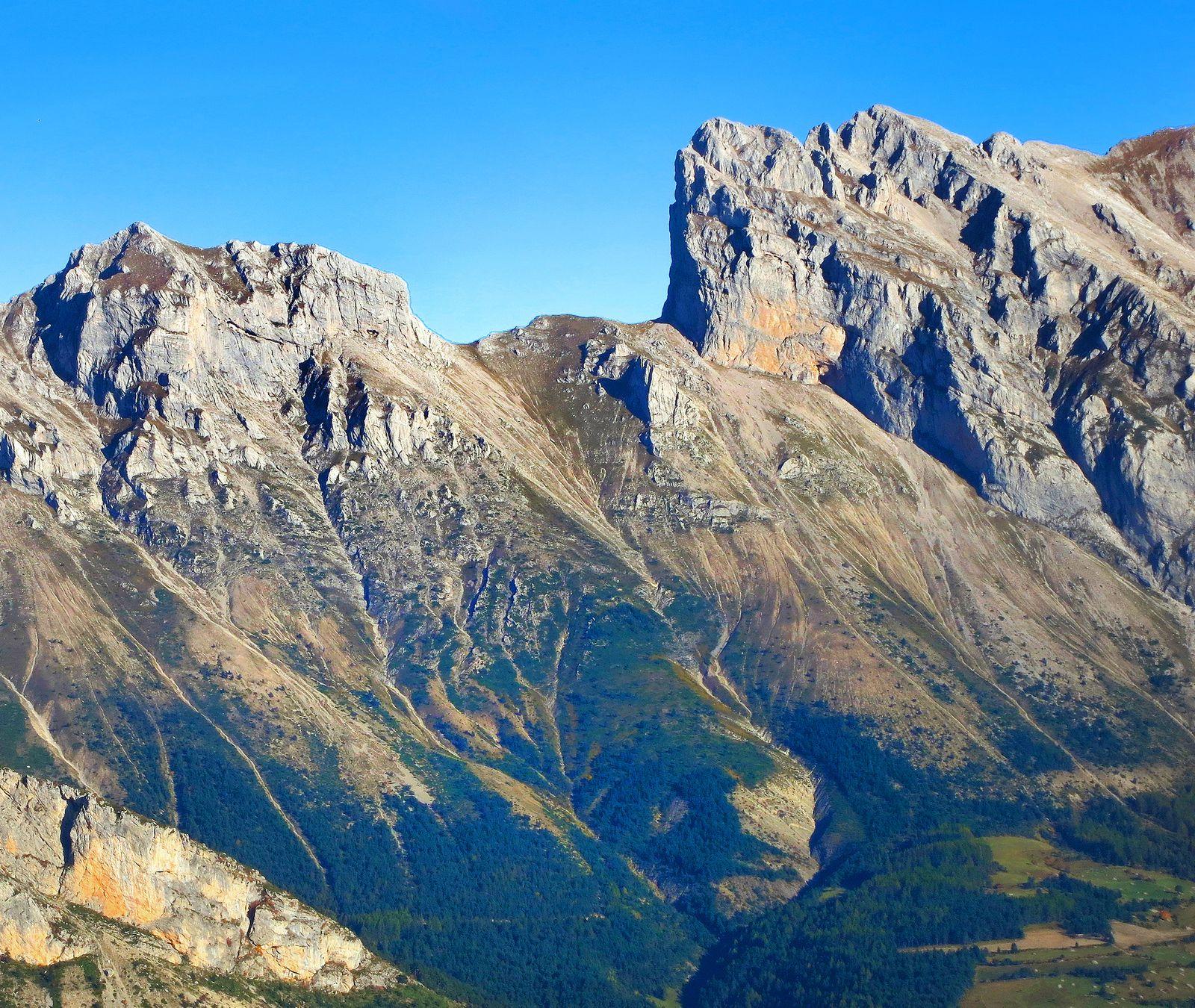 La brèche de Faraut avec les Jumeaux à sa droite. Si l'on est descendu par le versant est, on peut revenir sur le versant ouest en la franchissant, mais il faut remonter de 600 mètres...