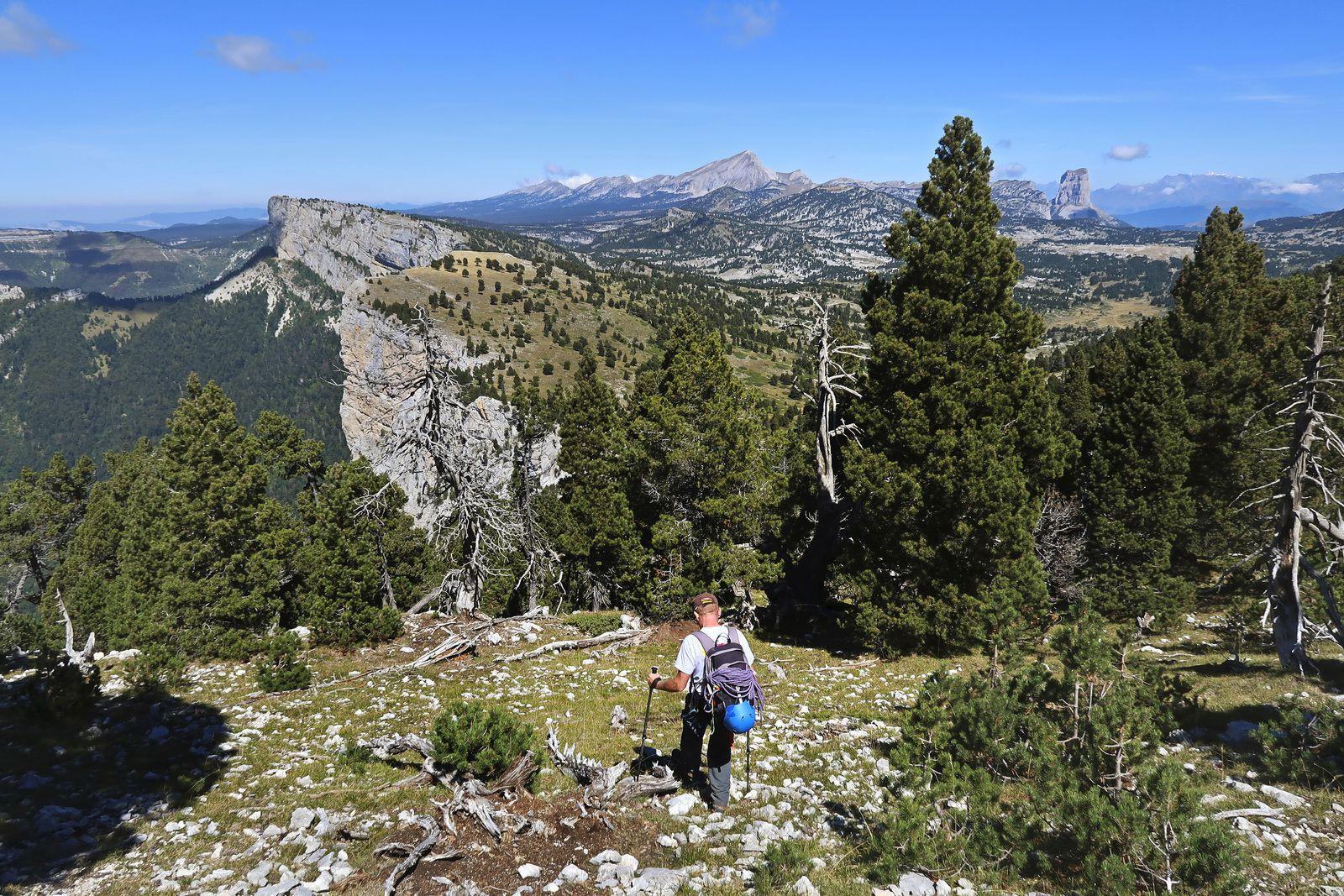 Le but est de rejoindre le col des Bachassons, situé entre le Rocher de Plautret (en haut à gauche), et le Rocher Carré. Pour cela, on pourra couper à travers les pentes herbeuses bien visibles sur le Rocher Carré.