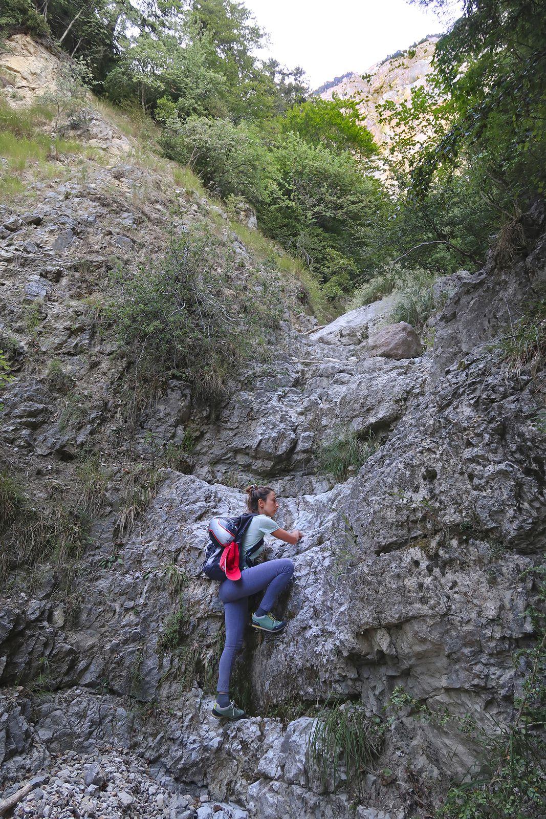 L'ascension de la Grande Cheneau débute par plus de 200 mètres bien raides dans un canyon entrecoupé de blocs et de murs, où il faut souvent mettre les mains.