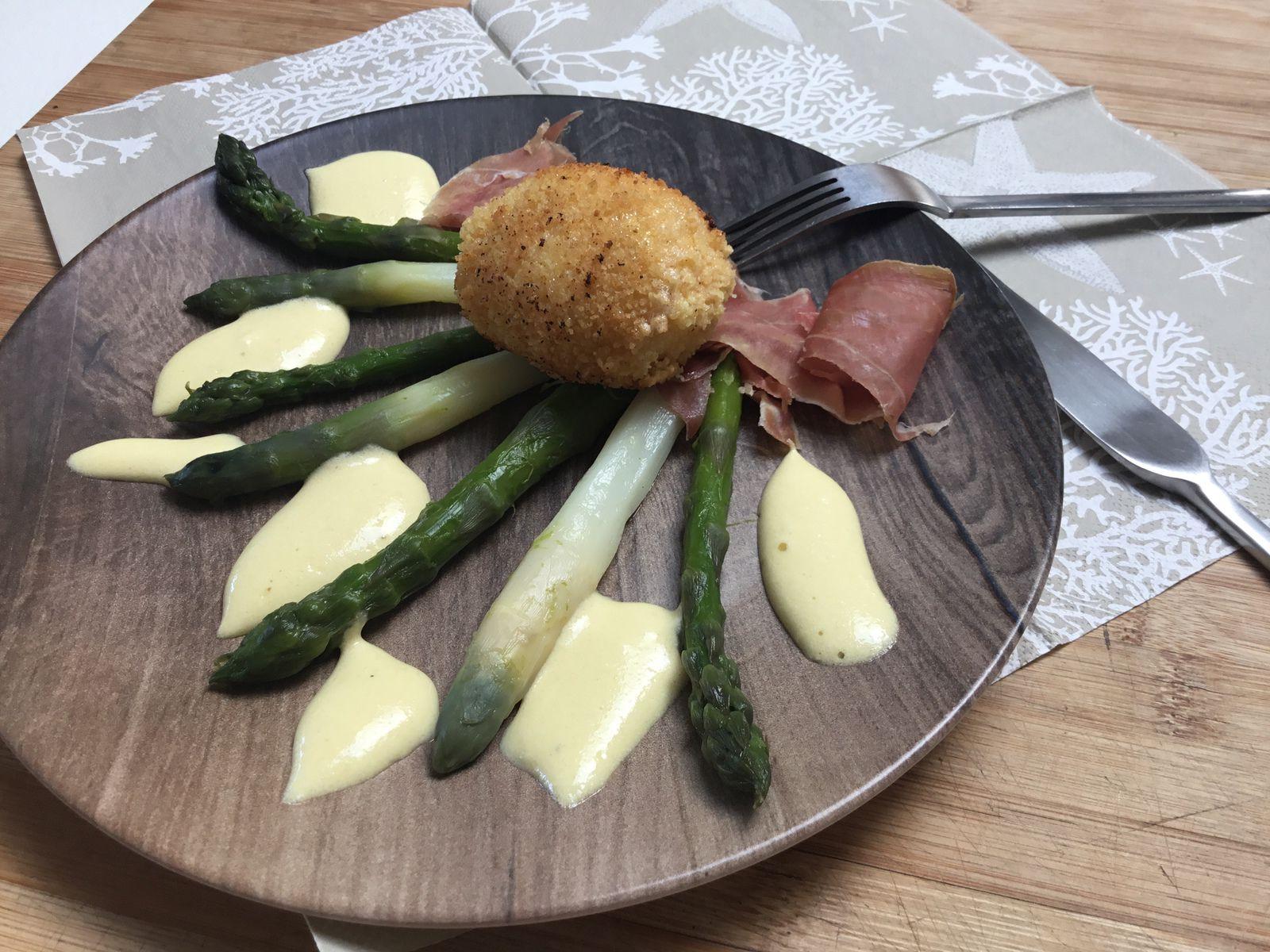 Asperges sauce mousseline, oeufs mollets frits, jambon cru