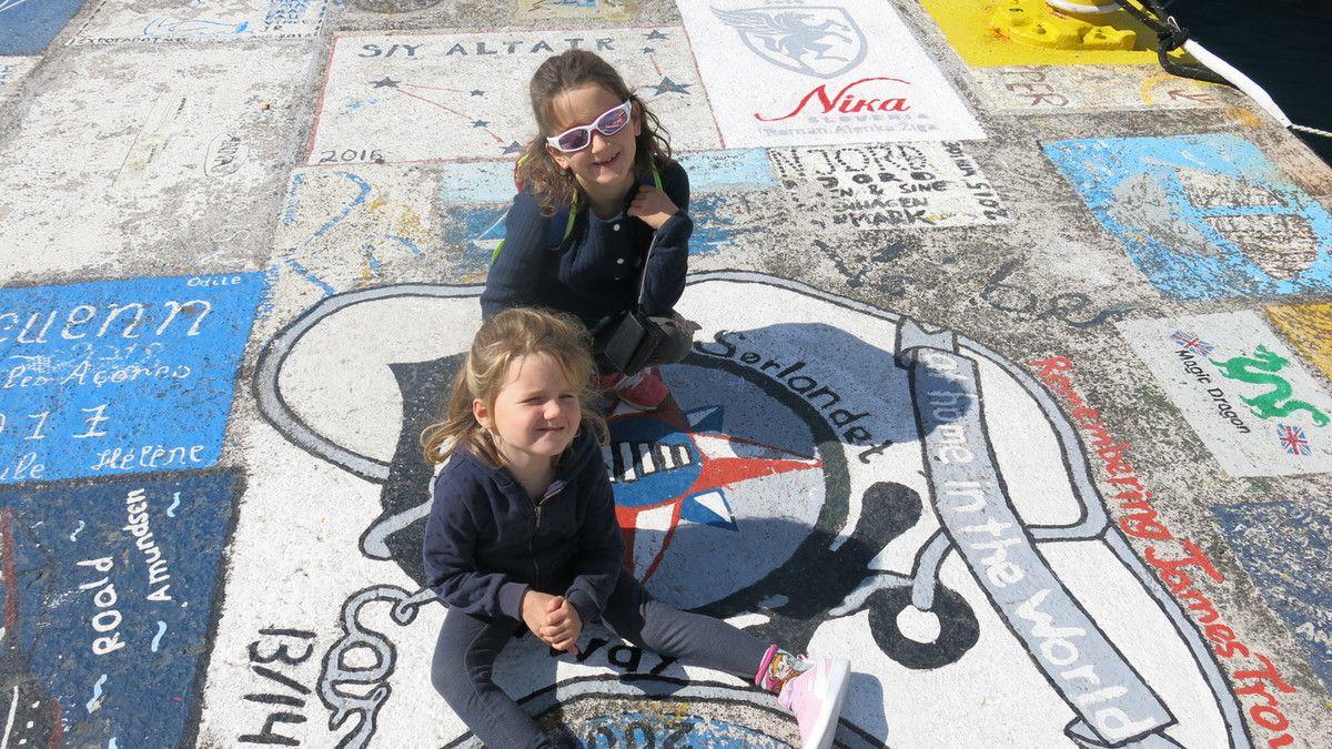 Nous respectons la tradition: Twiny, dessiné par les filles, est sur le ponton du port d'Horta!
