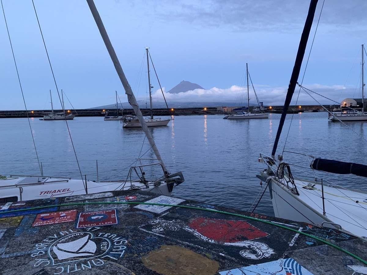 Vue de Pico depuis le port d'Horta