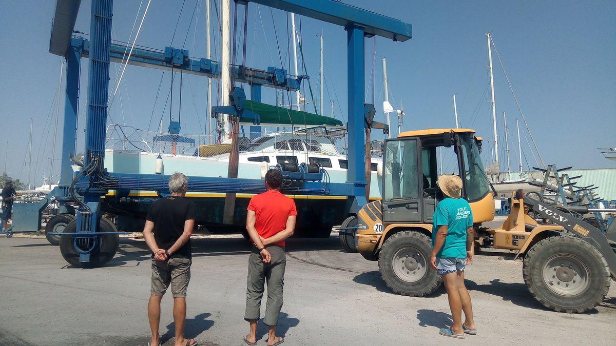 Twiny sort de l'eau, sous l'oeil de Daniel et Ronan, mis au chantier 8 mois à Port Saint Louis du Rhône