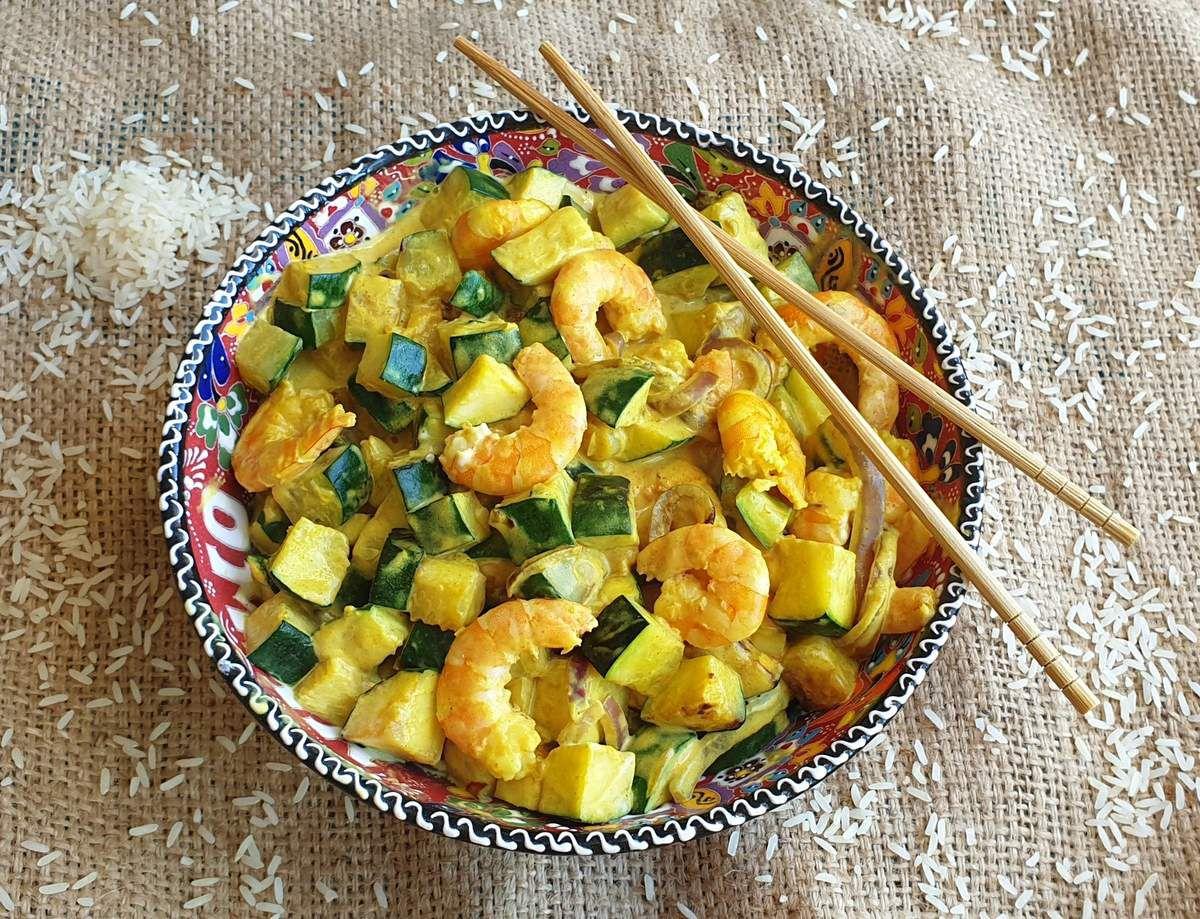 Wok de crevettes, courgettes et lait de coco au curcuma