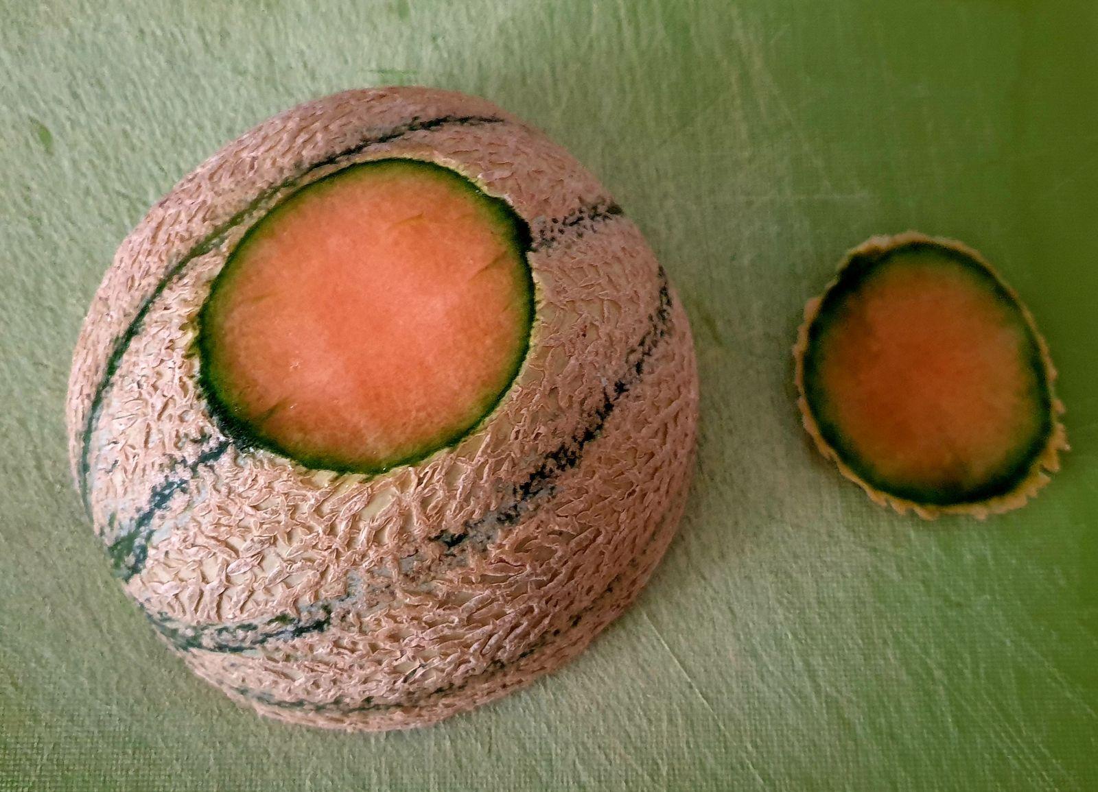 """Commencez par coupez le melon en deux, puis ôtez les pépins à l'aide d'une cuillère. Coupez ensuite, pour démarrer, une """"semelle"""" sur un demi melon avec un couteau scié."""