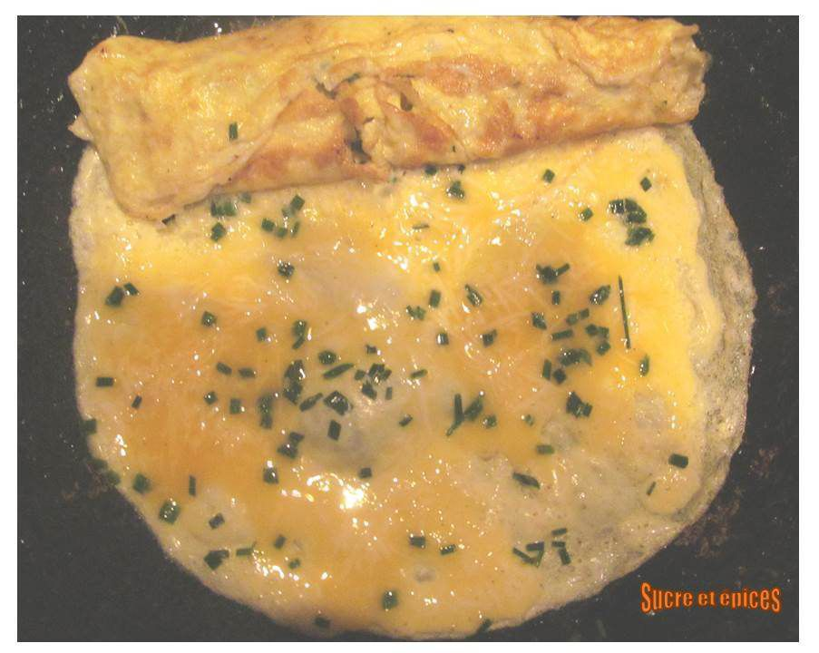 Omelette roulée au fromage et à la ciboulette