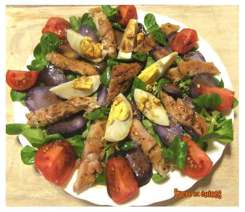 Salade mâche, vitelottes et maquereaux fumés