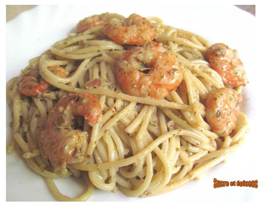 Spaghetti aux crevettes en sauce crémeuse au pesto
