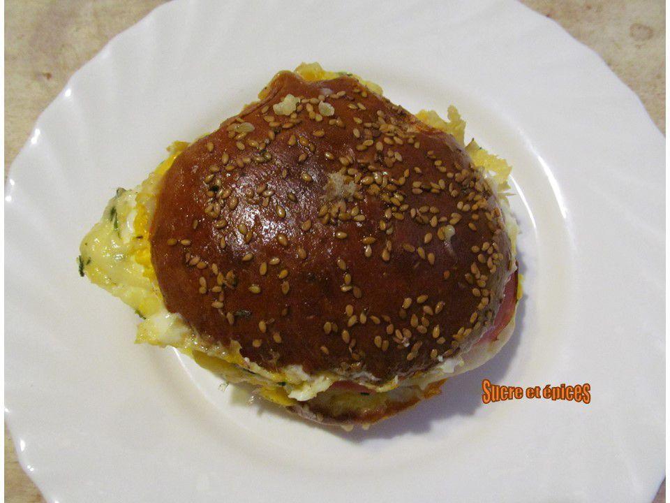 Sandwich chaud aux oeufs, jambon et fromage