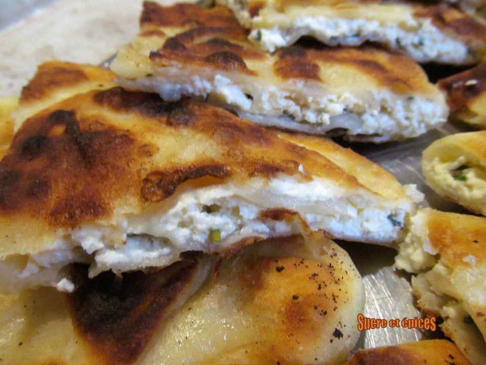 Galettes à la poêle au fromage frais et à la ciboulette (Placinte cu branza la tigaie)
