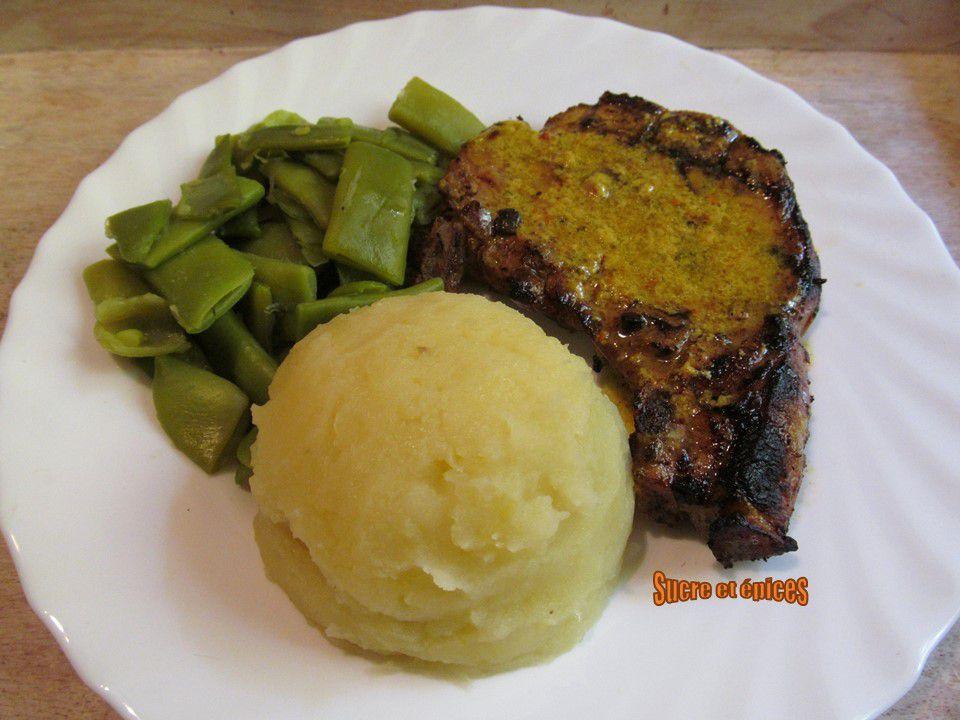 Côtes de porc grillées au mélange curcuma-poivres et sirop d'érable