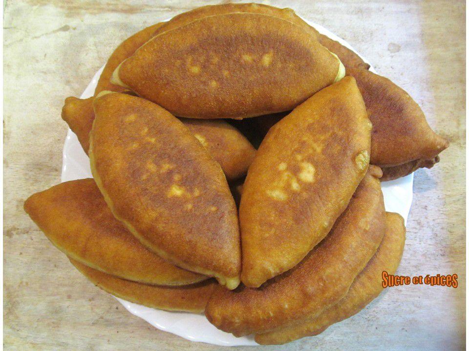 Beignets au fromage frais avec des fanes d'oignons nouveaux (Pateuri ou Pirojki)