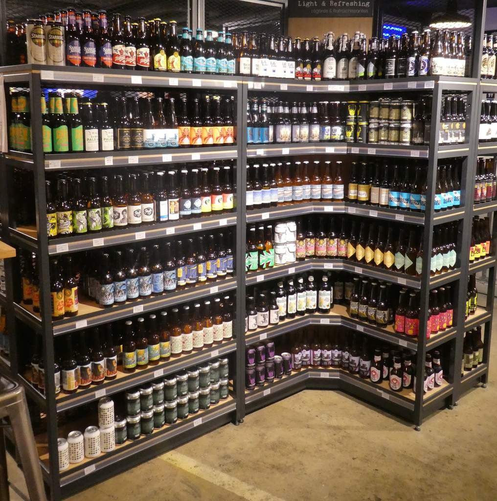 Photo de l'un des étalages de bières Craft Beer & CIe