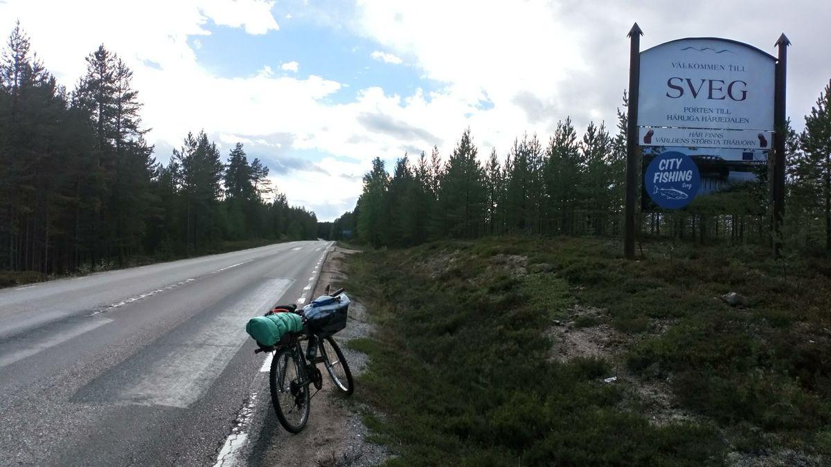 5 aout : arrivée à Sveg en Suede apres 1 mois de vtt. Cette ville annonce la fin d une étape et le debut d une nouvelle. En effet apres avoir déposé mon vieux Hubert dans un garage, je continue le voyage à pied. Total de kilometres parcourus à ce jour environ 3600.