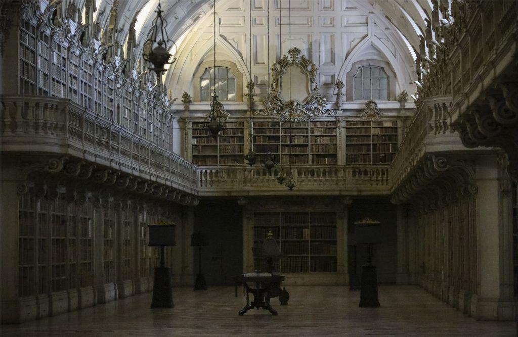 LA BIBLIOTHEQUE DU PALAIS DE MAFRA  ( PORTUGAL)
