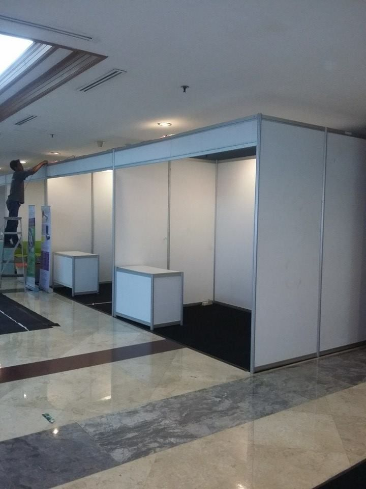 Partisi R 8, Booth R8