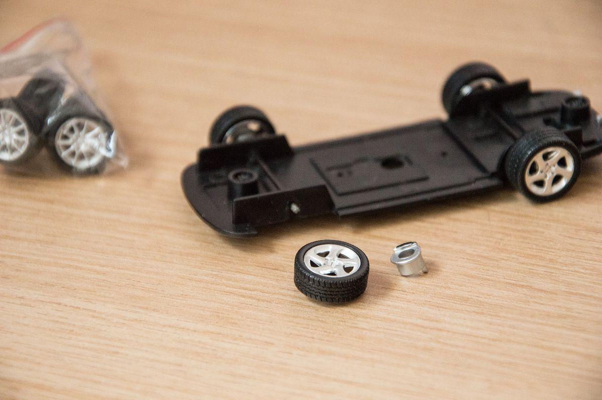 Comment démonter une Minichamps à l'échelle 1:43 sans tout casser ?