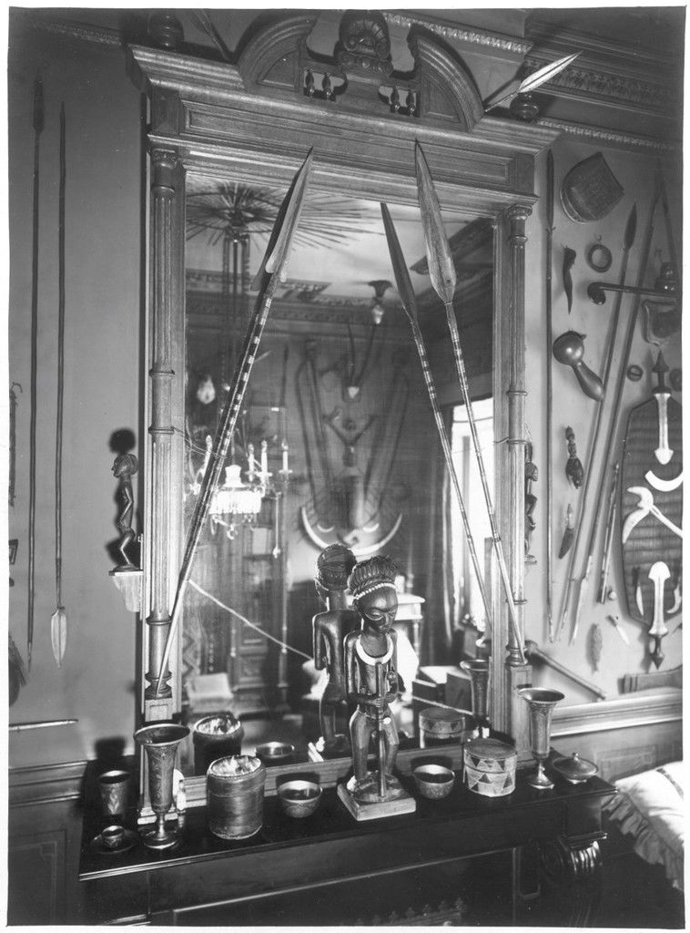 Fig 5. Lusinga figure as displayed on the mantelpiece of Henriette and Émile Storms' drawing room, 1929. Photograph by G. Hotz, RMCA HP.1930.653.1, with permission.