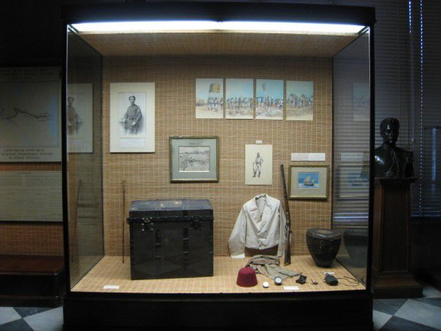 "Fig.7 Mementos of Émile Storms including the Thiriar portrait ""Le lieutenant É. Storms"" (c.1930), as displayed in an RMCA vitrine in 2010. Photograph 2010 by Kathleen Louw, with permission."