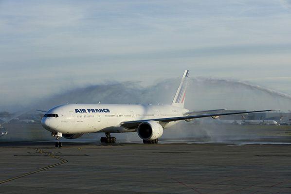 e Boeing 777 d'Air France a été accueilli par le traditionnel « water arch » des pompiers de l'aéroport.
