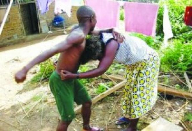 Une femme s'agrippe au s*xe de son mari pour une affaire de dépense quotidienne