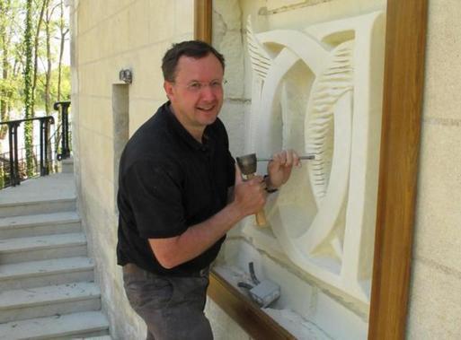 Patrick Kalita sculpture sur pierre héraldique blason armoiries ornementation gravure sur pierre taille de pierre