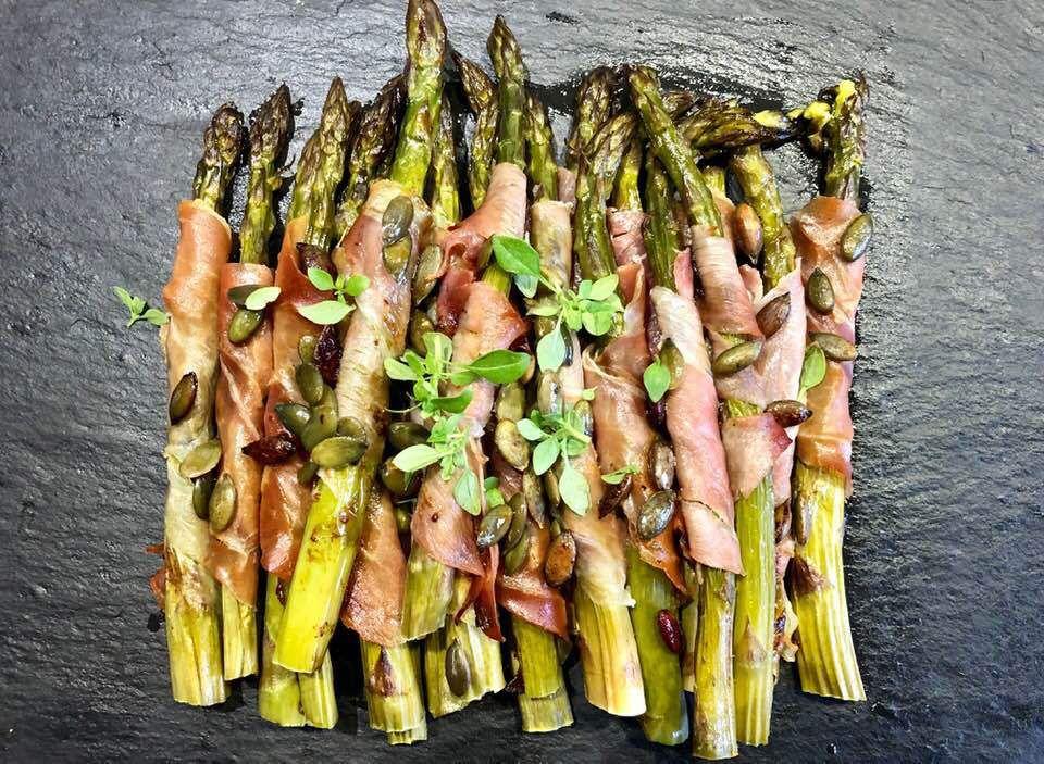 asperges enroulées de fines tranches de jambon cru cuites à l'omnicuiseur vitalité