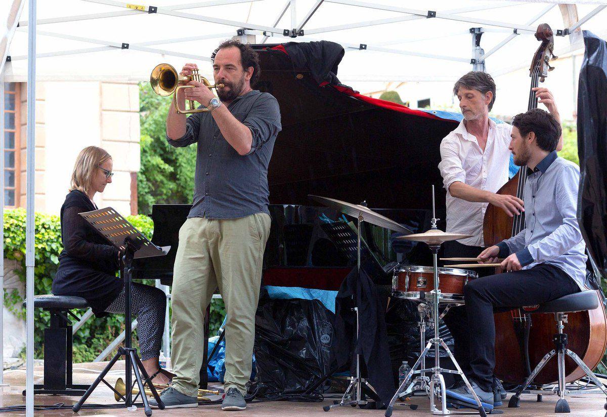 FESTIVAL DURANCE LUBERON au château d'ARNAJON :  Un jazz festif et ensoleillé .................. sous la pluie