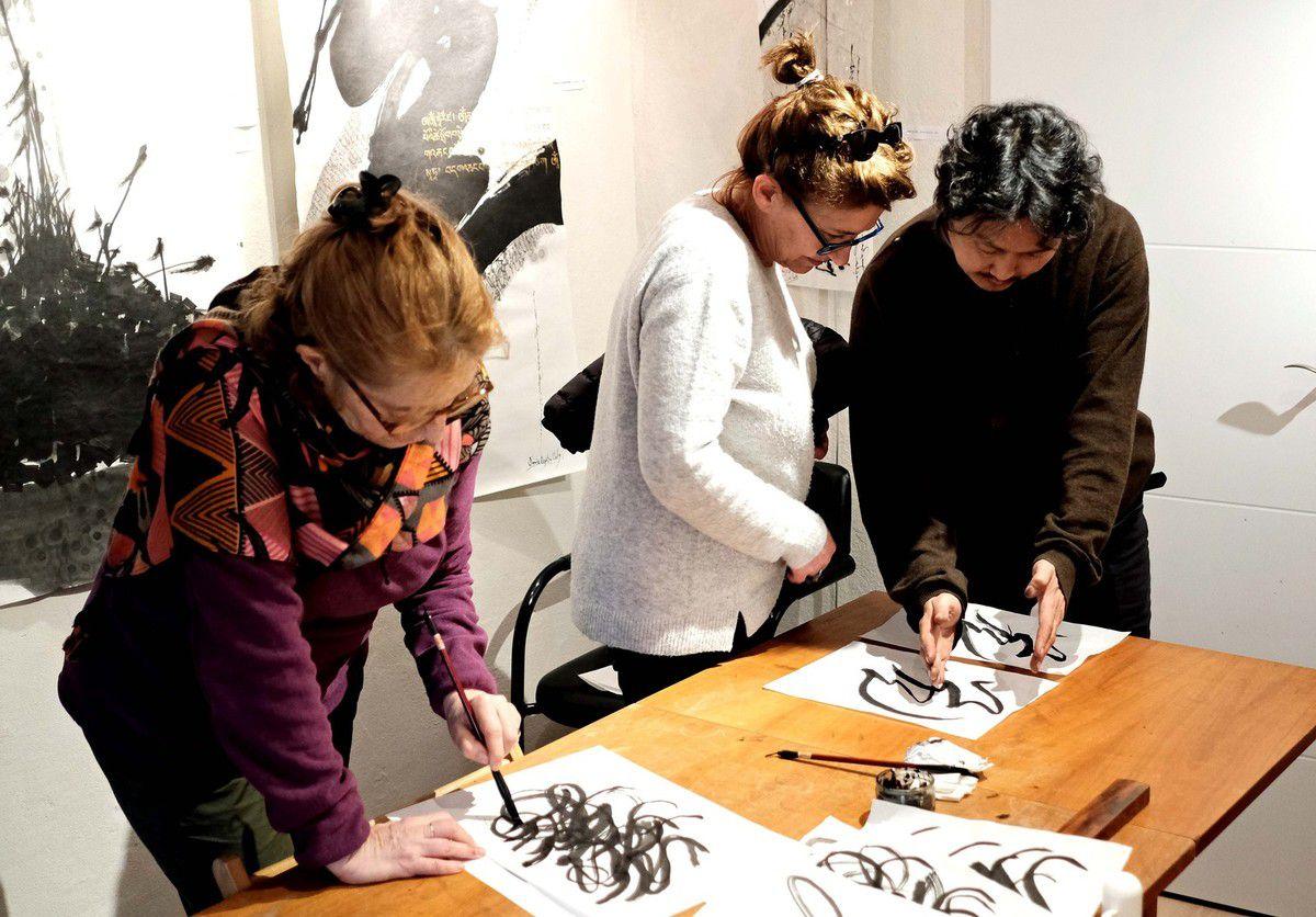 Photos AC Stagiaires attentifs avec le calligraphe Tamir Samandbaadra,