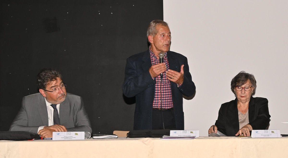2 Photos AC  La salle et la tribune ( de g à d : Le président du TA de Nîmes, lMichel Morin, président  UDCE84 et Dominique Conca sous préfète d'Apt .