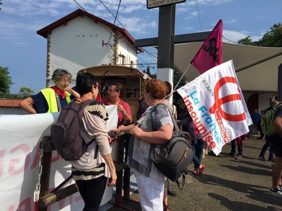 Convergence des luttes Cheminots   Larrun ez Hunki   Touchez pas à la Rhune   autour du petit train