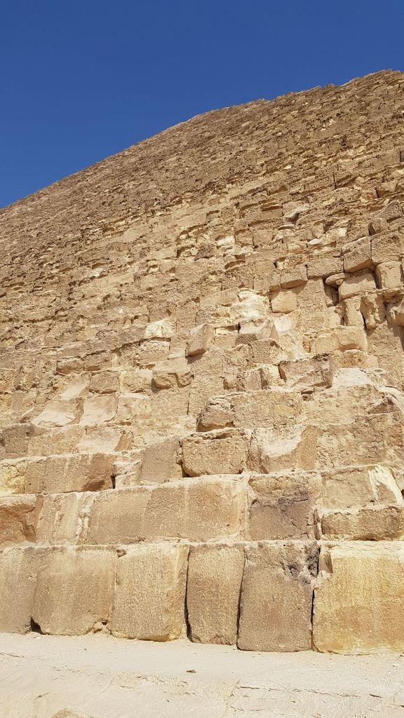 Au loin, le Sphinx qui veille sur la ville...