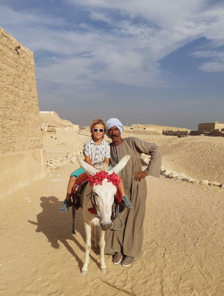 Des pyramides, un monastère et une police un peu tendue…