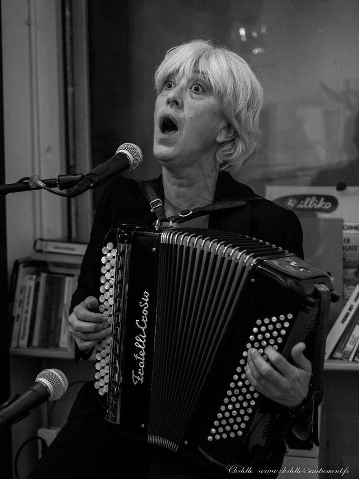 Céline Caussimon chante au Petit Bouchon d' Orléans