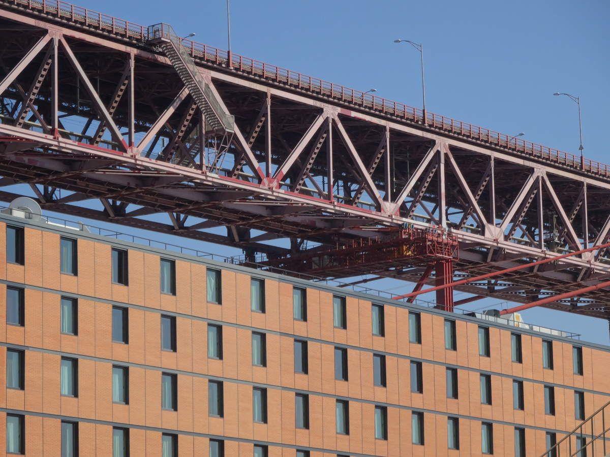 Le Pont du 25 avril qui bourdonne comme un essaim d'abeilles.