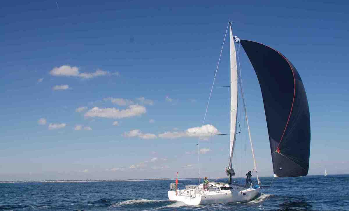 Pour gonfler le spi, il faut que le vent vienne de l'arrière. Mais si le vent n'est pas suffisamment fort, le bateau le rattrape et le spi se dégonfle.
