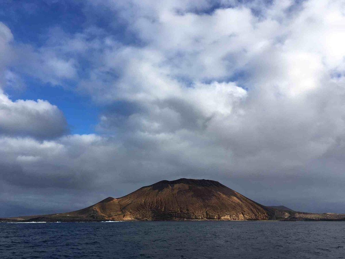 La petite île de La Graciosa, vue du bateau.