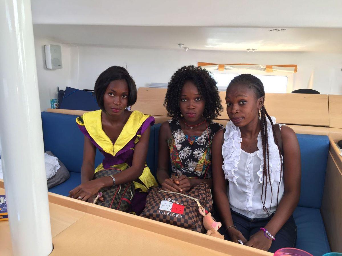 Amy, Seynabou et Sira, élèves de seconde, en visite sur notre bateau.