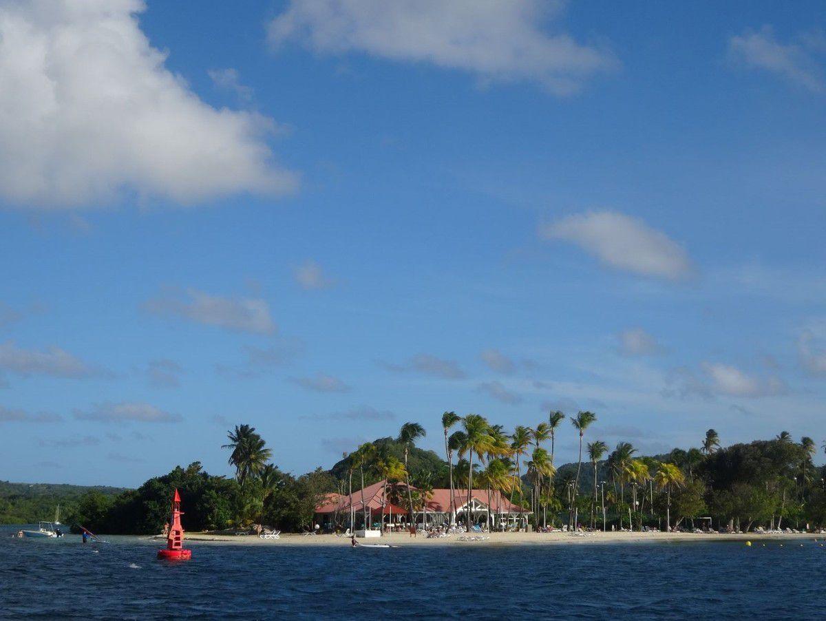 Si ça vous tente, le Club Med est installé juste à l'entrée de la baie.