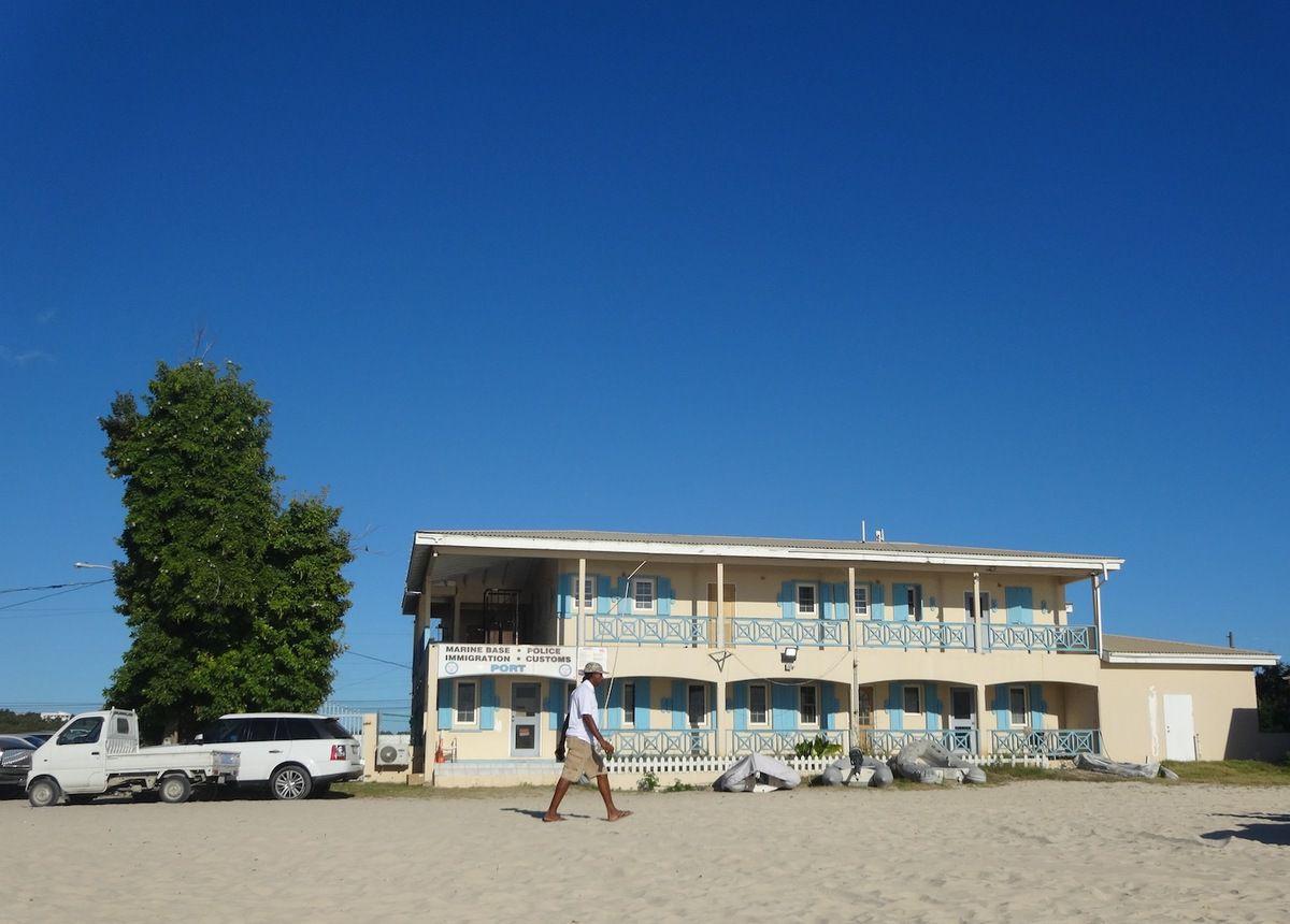 A Anguilla le poste de douane était directement sur la plage. Une aubaine car on est arrivés juste avant la fermeture.
