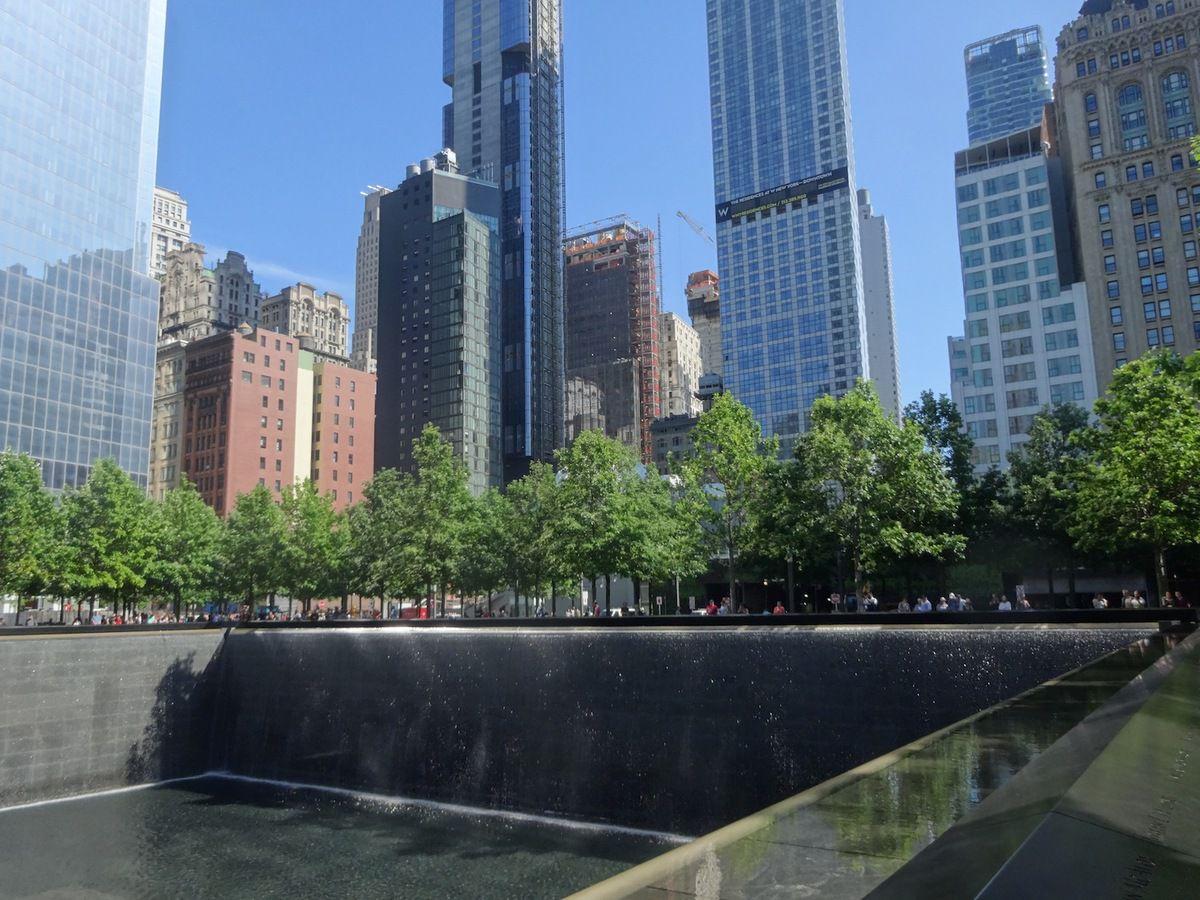 A la place des deux tours détruites lors des attentats du 11 septembre, deux immenses fontaines en creux, entourées des noms des victimes.