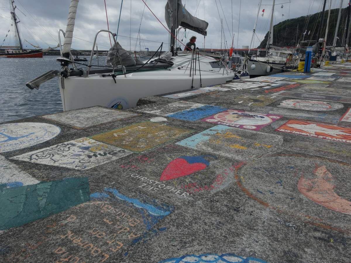 Kornog, amarré sur le quai du port d'Horta, sur l'île de Faial.