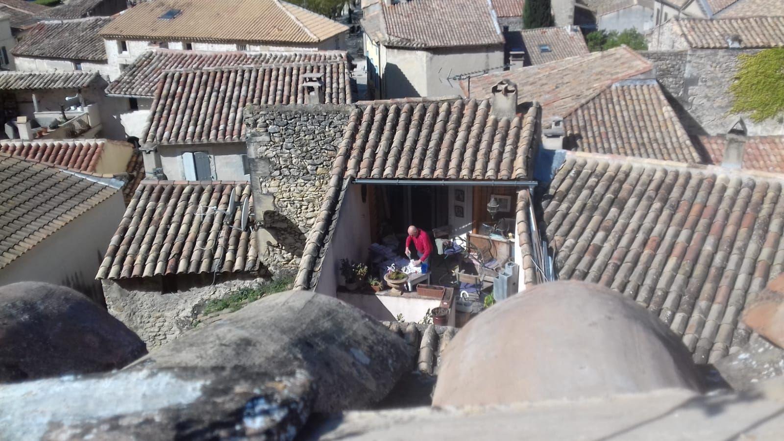 Sur la terrasse voisine le voisin bricole.
