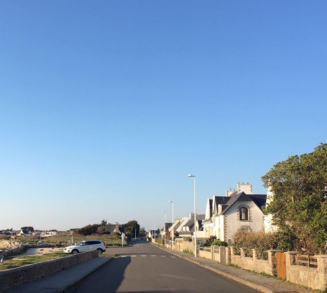 La route qui longe la plage.